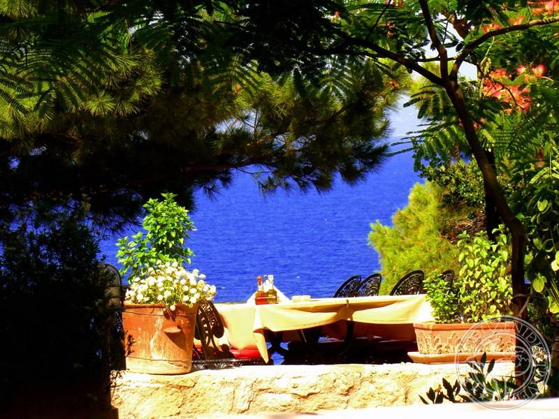 Греческий ресторан на берегу моря