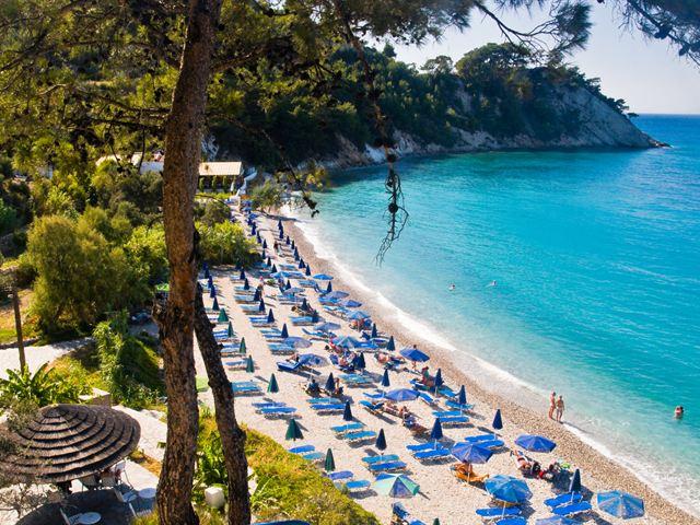 Люди, отдыхающие на пляже. Остров Самос, Греция
